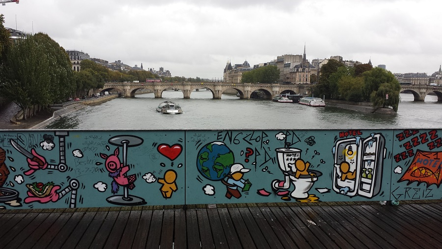 Pont des Arts com os cadeados sendo retirados
