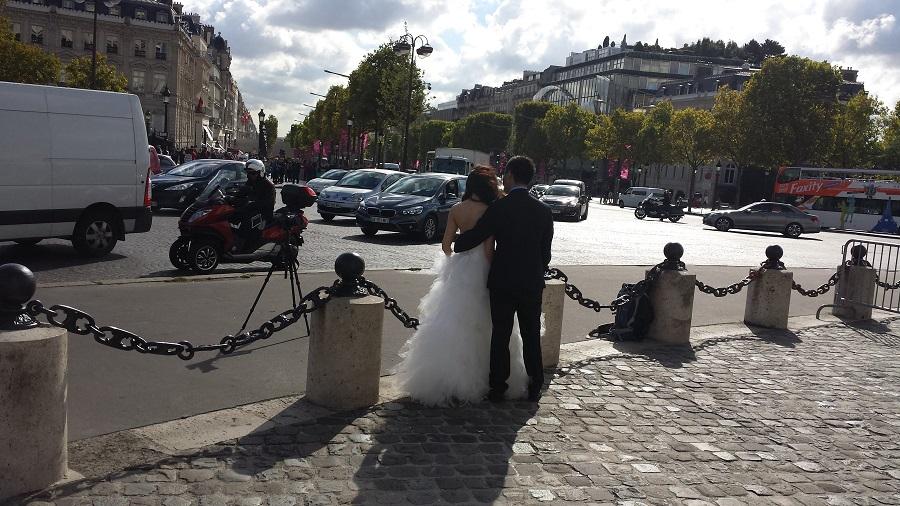 Vi isso em tudo quanto é canto em Paris, recém casados tirando fotos