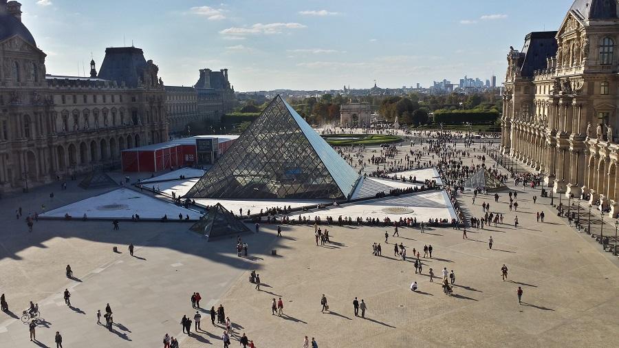 Pirâmide do Louvre por fora