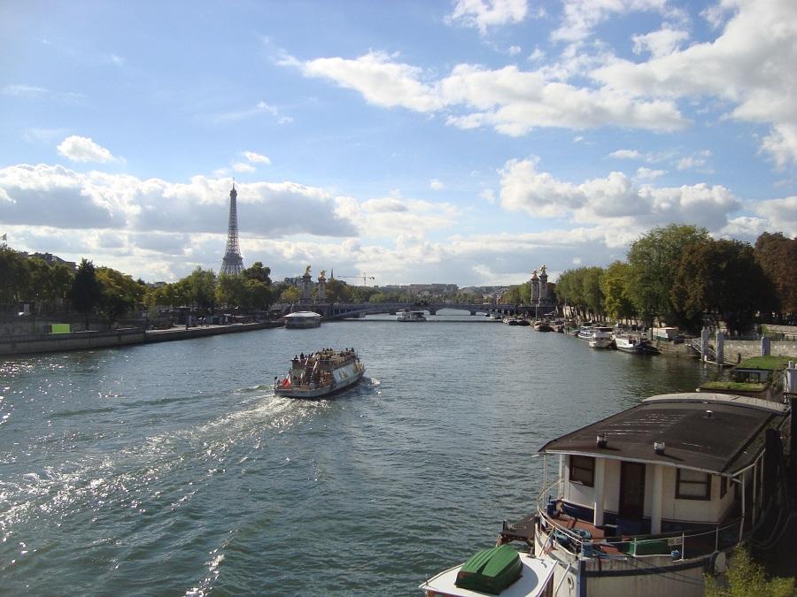 Rio Sena e torre Eiffel ao fundo