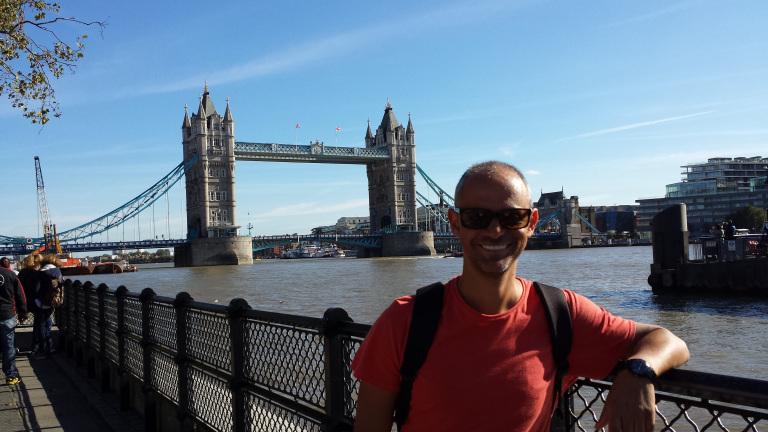 Jorge Cruney e a Tower Bridge
