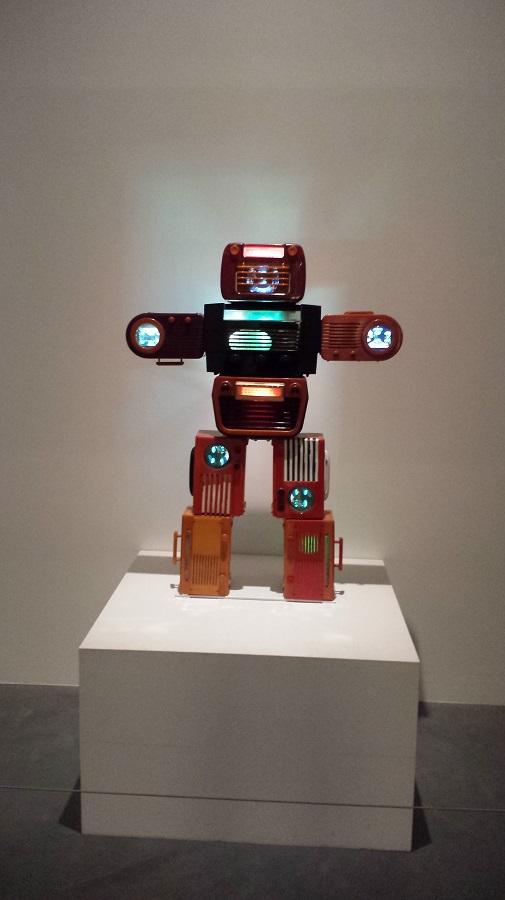 Bakelite robot – de Nam June Paik, se fosse hoje seria montado com celulares e tablets