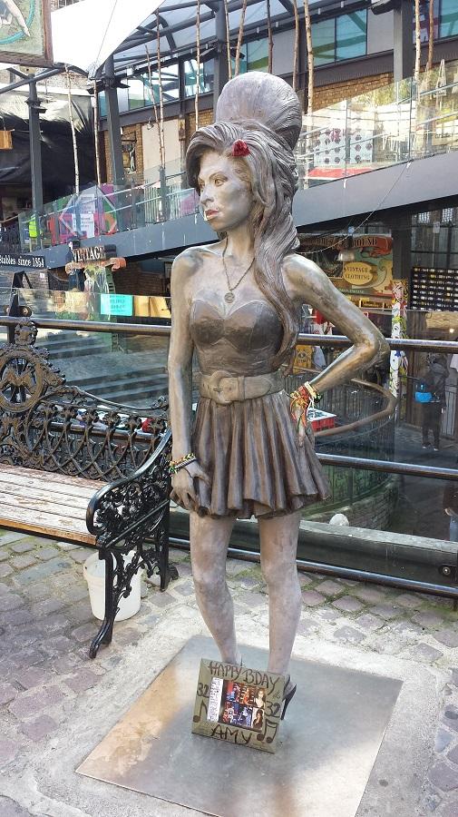 Estátua pra Amy!