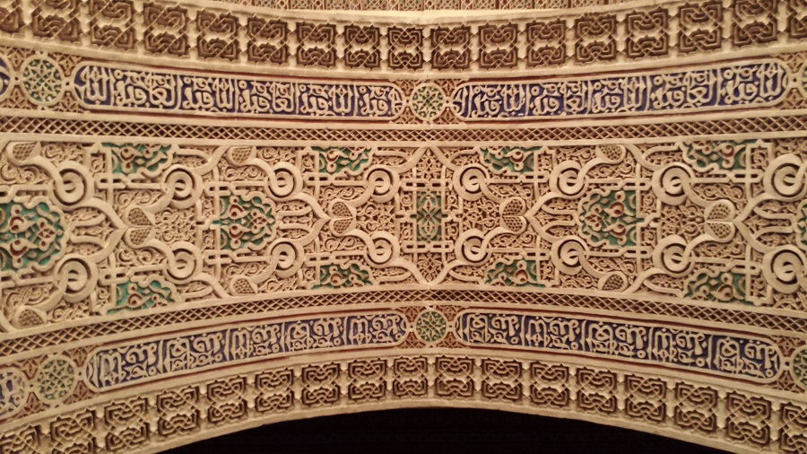 Detalhe do contorno superior das passagens entre um cômodo e outro no museu de Marrakesh
