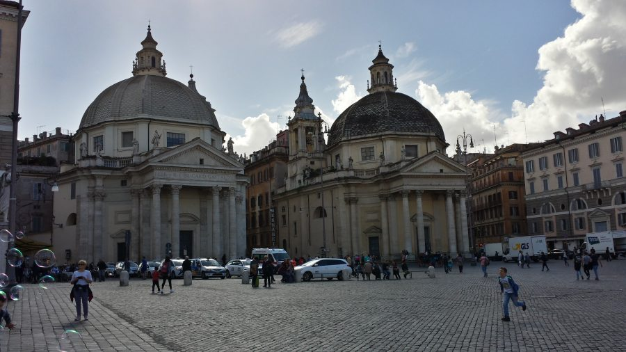 As igrejas gêmeas. A direita a de Santa Maria del Miracolo e a esquerda a Santa Maria del Popolo.