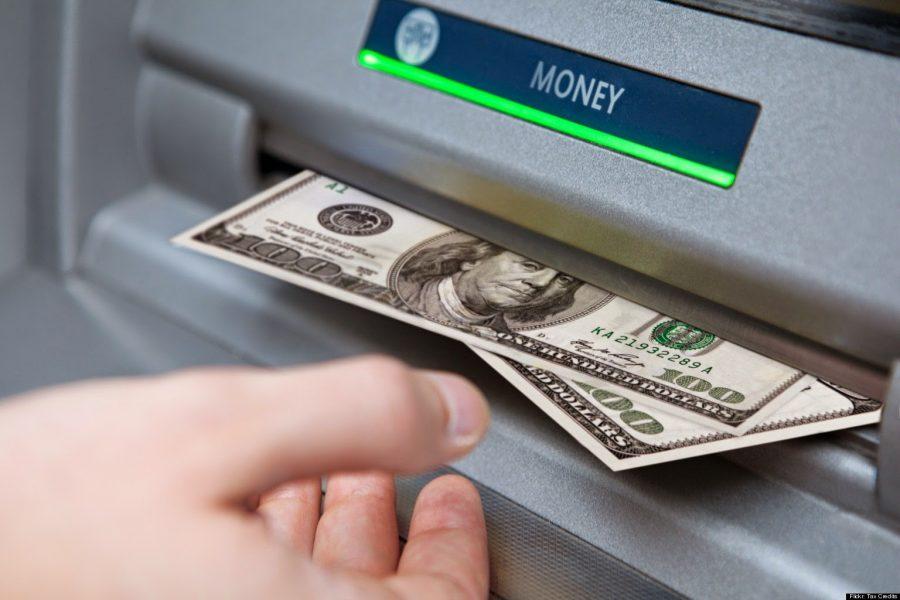 Como sacar dinheiro no exterior usando seu cartão de débito