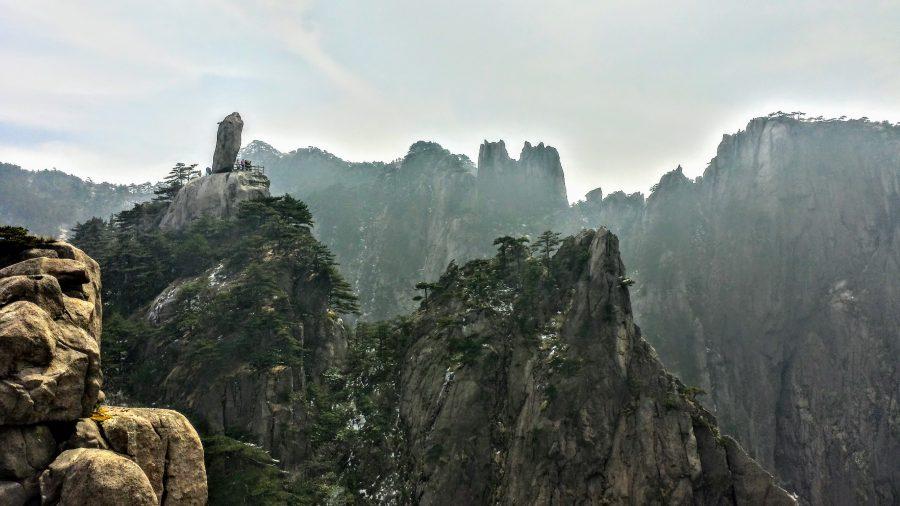 A Flying Rock no meio dos cumes das montanhas de Huangshan